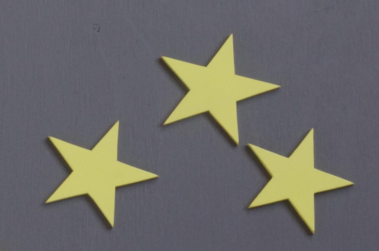 estrellas de madera verdes