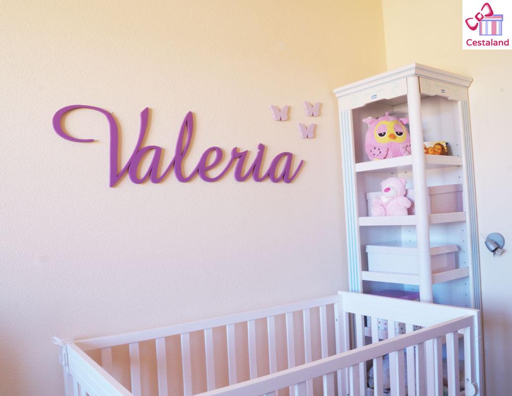 decorar la pared con nombre de madera
