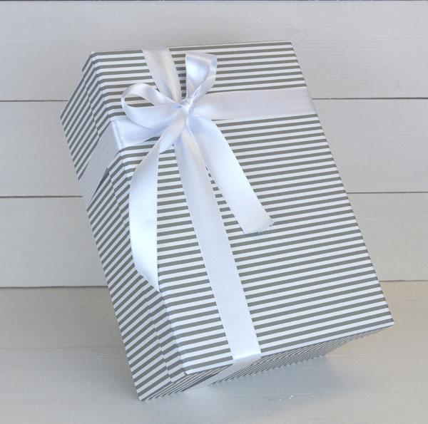 caja regalo gris a rayas