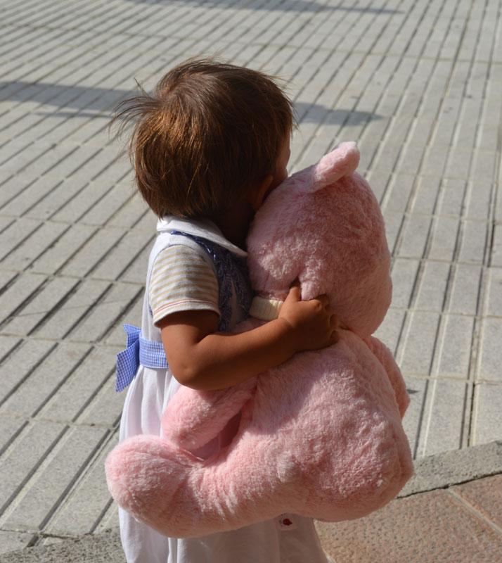 niña con oso rosa