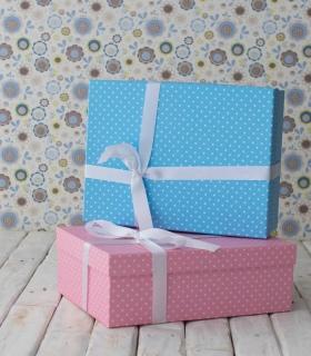 Cajas para regalos bebé: azul y rosa a topos. Canastillas personalizadas