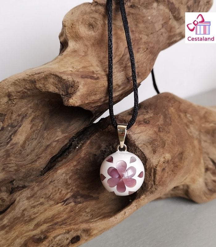 Llamador de ángeles blanco con pétalos rosa mármol
